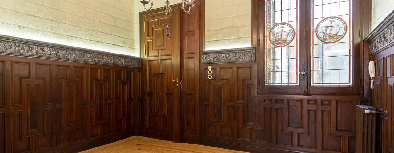 Restauración de una vivienda antigua en Madrid Arquigestiona Reformas S.L. Pasillos, vestíbulos y escaleras de estilo clásico Madera maciza Acabado en madera