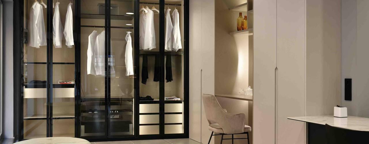 Vestidor Aramobel acabado lacado mate y vitrinas negras Aramobel all Inside,SL Vestidores de estilo moderno