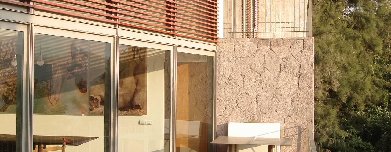 La Peña House INGENIERIA Y DISEÑO EN CRISTAL, S.A. DE C.V. Balcones y terrazas modernos Aluminio/Cinc Acabado en madera