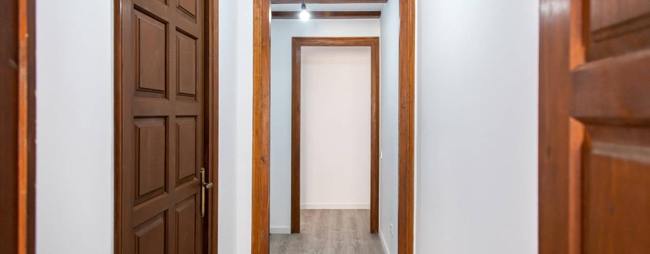 Interiorismo y reforma en Barcelona Grupo Inventia Pasillos, vestíbulos y escaleras de estilo mediterráneo Hormigón Blanco