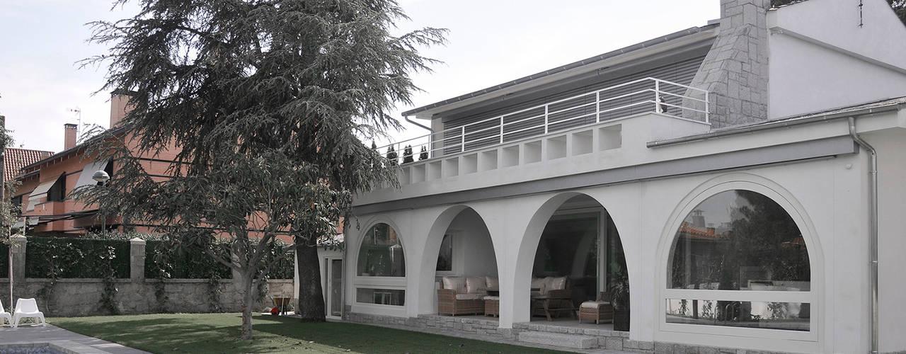 Villa Pasiva IMAGINEAN Jardines de estilo moderno Granito Blanco
