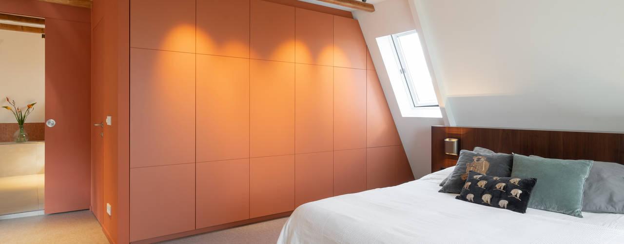 loft zolder haarlem Moderne slaapkamers van ÈMCÉ interior architecture Modern