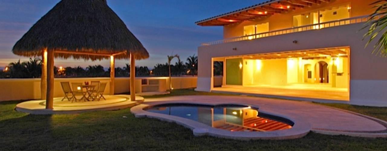 Proyecto y Construcción de Casa habitación en el Club de Golf El Tigre en Nuevo Vallarta Nayarit de Arechiga y Asociados Moderno