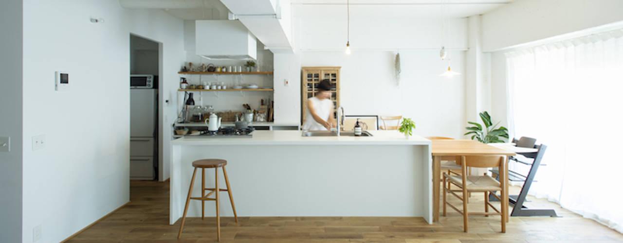 大きな造作のアイランドキッチンリノベーション 北欧デザインの キッチン の ゼロリノベ 北欧