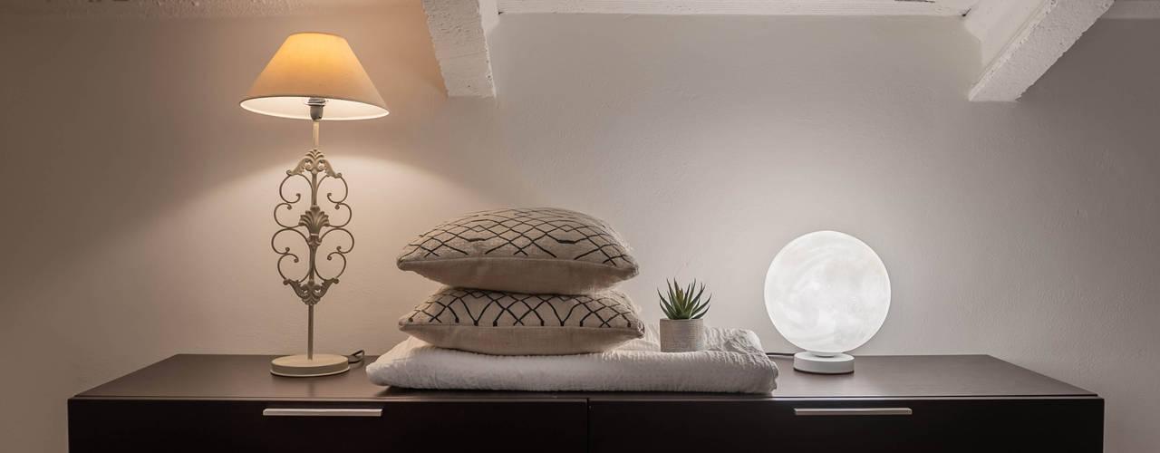 Alpianodisopra LIVE HOME STAGING & REDESIGN Camera da letto moderna Legno Nero