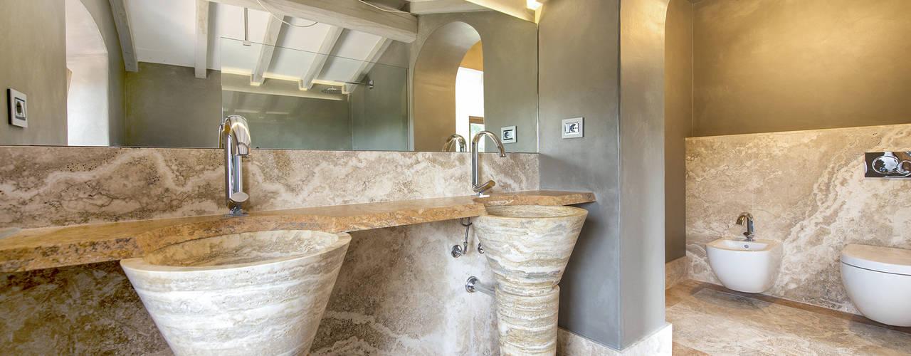 Bagni in Travertino Classico e in Pietra del Cardoso Andrea Fabrizi Bagno in stile classico Marmo Beige