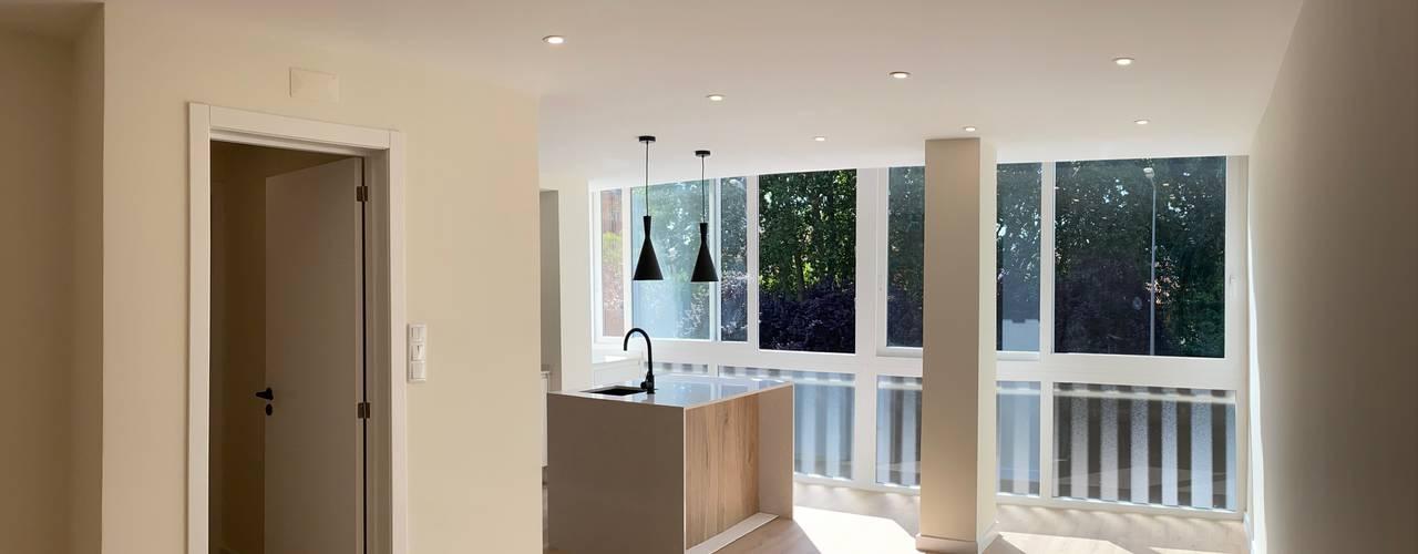 Remodelação de apartamento T3 em Lisboa Home 'N Joy Remodelações Salas de estar modernas