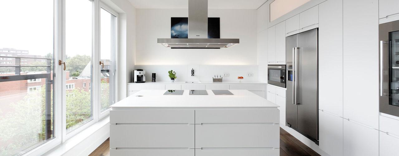homify KitchenCabinets & shelves