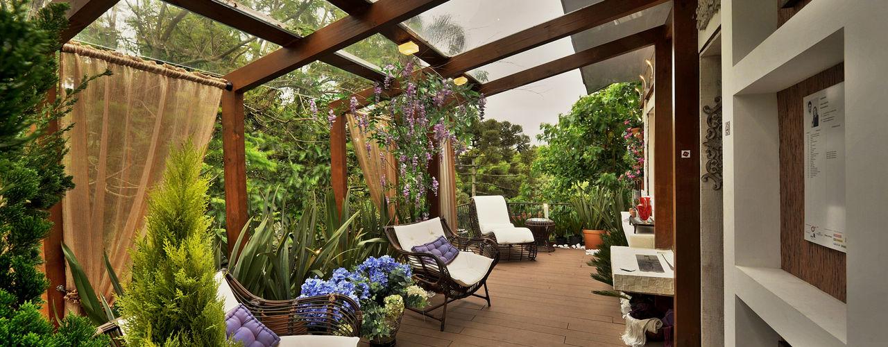 Bender Arquitetura Rustic style balcony, veranda & terrace