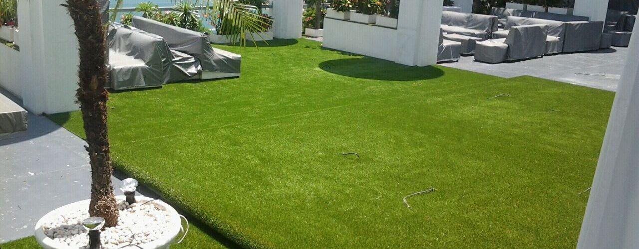 Pasto alfombra Arquiindeco Balcones y terrazas de estilo moderno