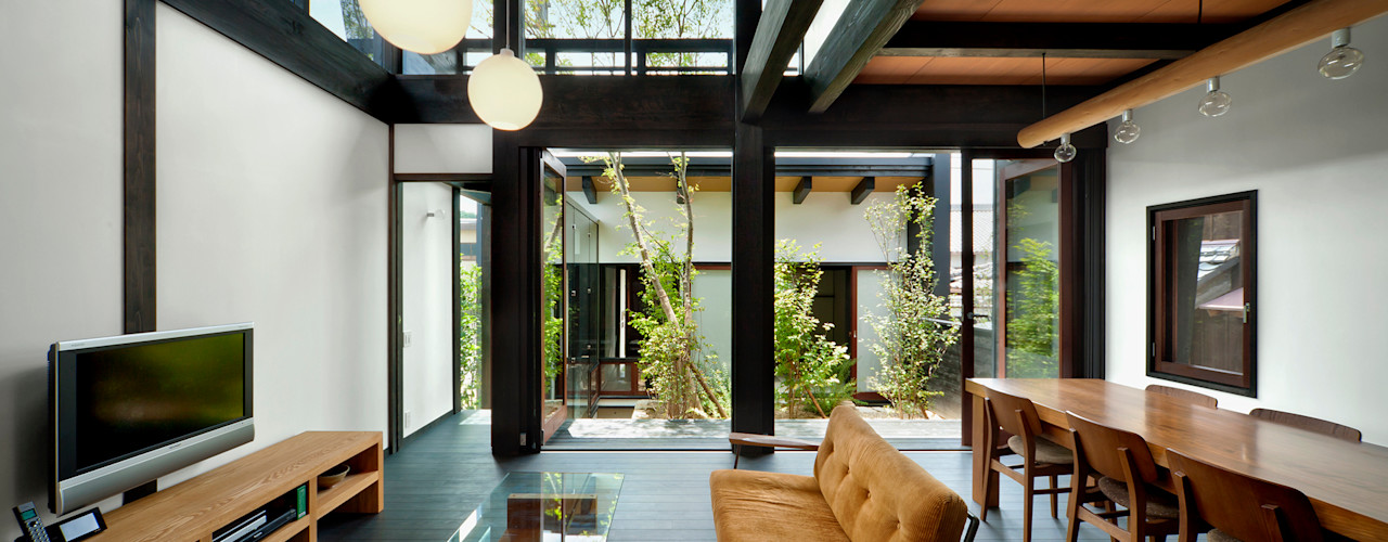 中庭のある木の家 石井智子/美建設計事務所 和風デザインの リビング