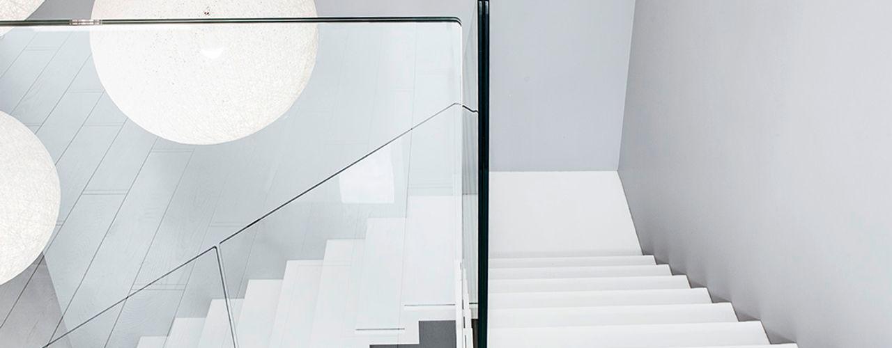 ST885 Białe schody dywanowe / ST885 White Zigzag Stairs Trąbczyński Minimalistyczny korytarz, przedpokój i schody