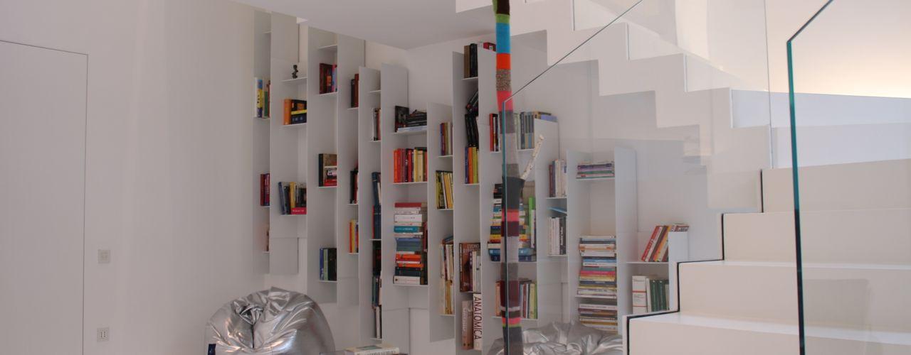 TOTAL WHITE Serenella Pari design Ingresso, Corridoio & Scale in stile minimalista