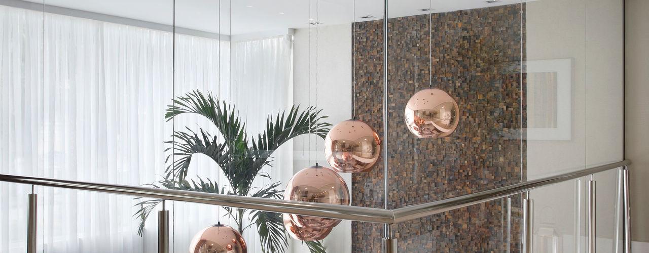 Studio Claudia Pimenta e Patricia Franco Decoração de Interiores Pasillos, vestíbulos y escaleras de estilo moderno