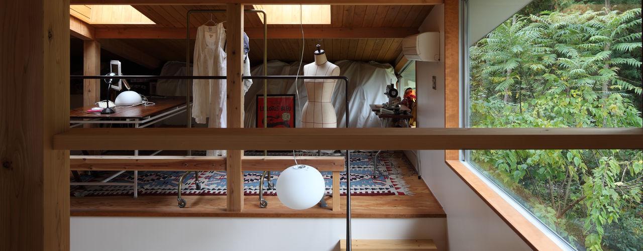 TAMAI ATELIER Salas multimedia de estilo moderno