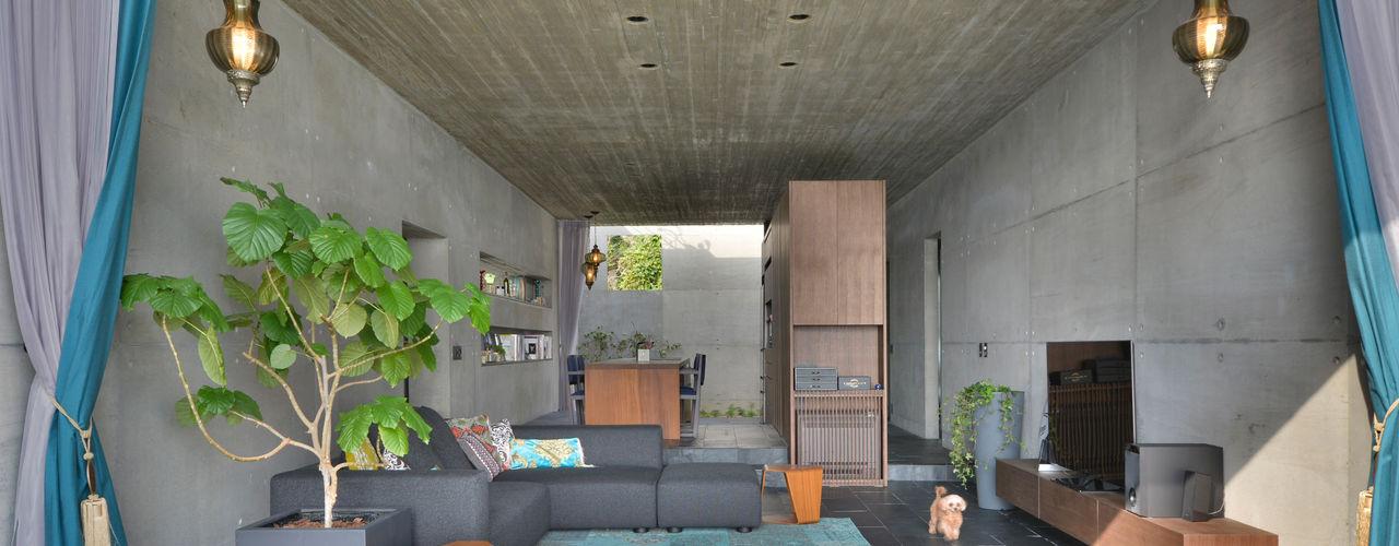 海をのぞむ家 株式会社クレールアーキラボ オリジナルデザインの リビング 鉄筋コンクリート 灰色