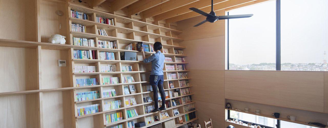 のぼれる本棚の家 藤井伸介建築設計室 モダンデザインの リビング