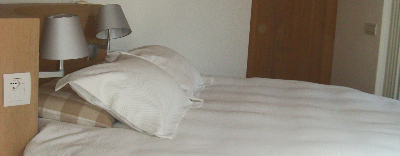 Luce e spazio in mansarda Architetto Stefania Colturi Camera da letto moderna
