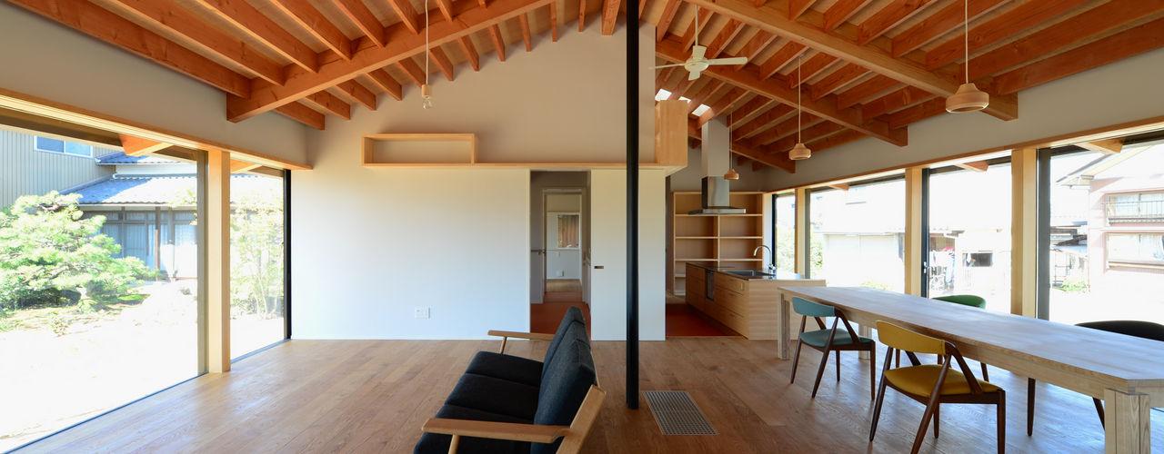 「林の中に住む。」 丸山晴之建築事務所 オリジナルデザインの リビング