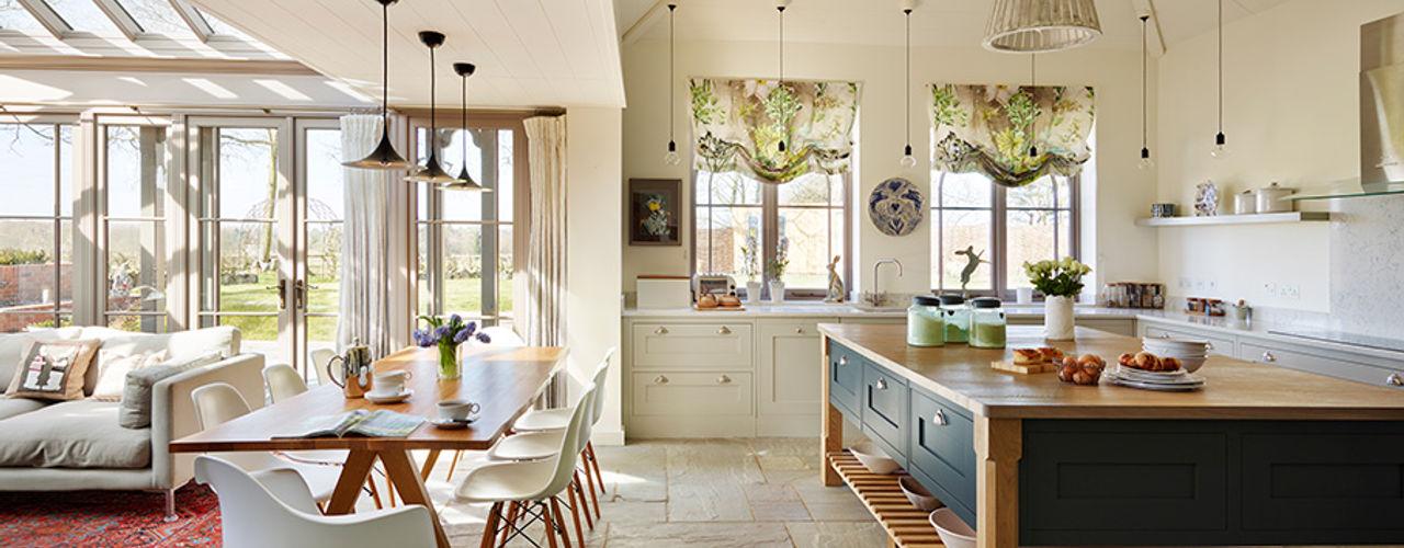 Orford   A classic country kitchen with coastal inspiration Davonport Cocinas de estilo clásico Madera