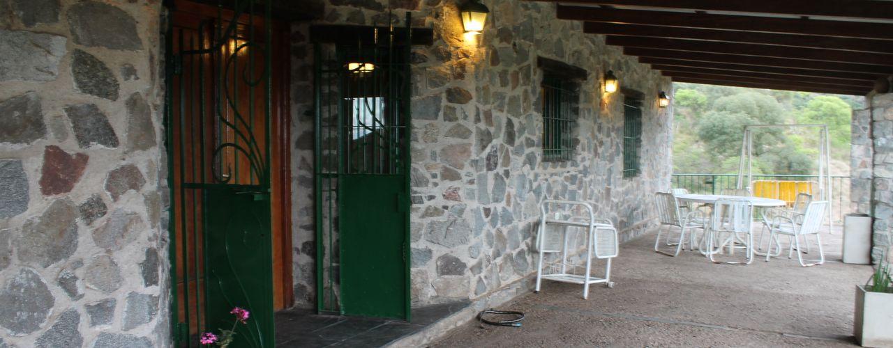 Casas de Campo Balcones y terrazas rústicos Piedra