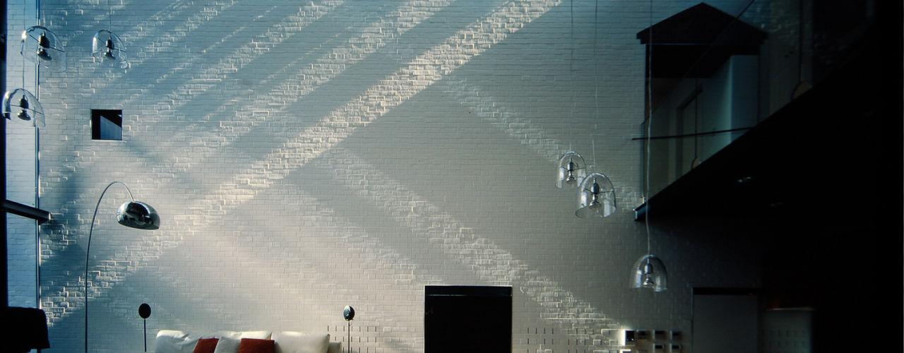 壁に住む家 合資会社d.n.a. モダンデザインの リビング