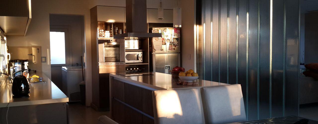Casa en Los Lagos - Nordelta Arquitectos Building M&CC - (Marcelo Rueda, Claudio Castiglia y Claudia Rueda) Cocinas modernas: Ideas, imágenes y decoración
