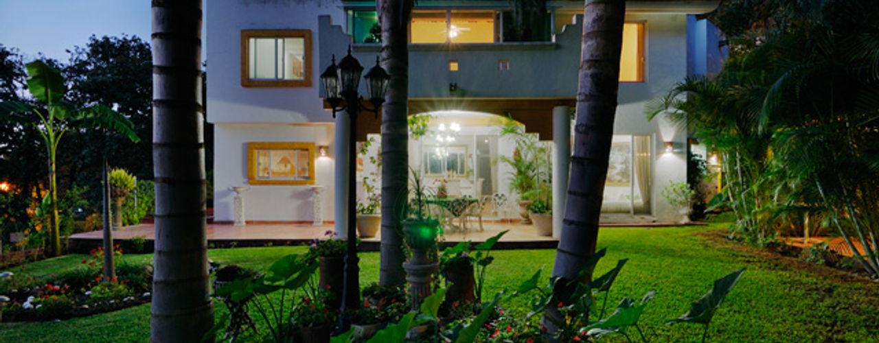fachada trasera atardecer Excelencia en Diseño Casas de estilo colonial Ladrillos Blanco
