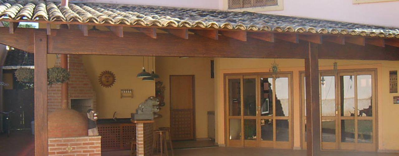 Terence Arquitetura Balcones y terrazas de estilo rústico