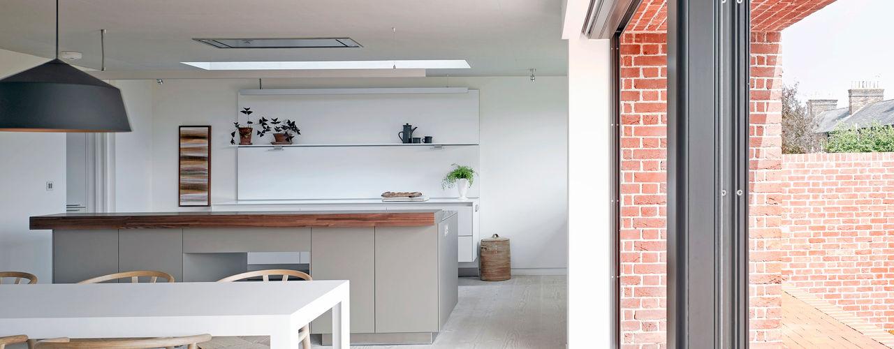 Broad Street House, Suffolk Nash Baker Architects Ltd Кухня Білий