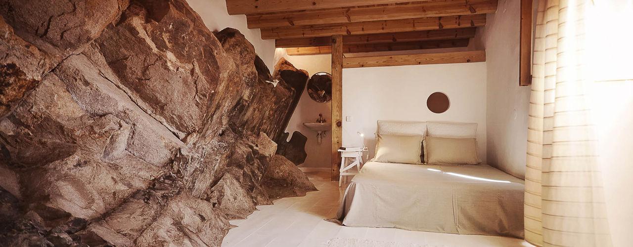 pedro quintela studio Kamar Tidur Gaya Rustic Batu Wood effect