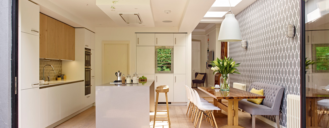 Kitchen, dining room and garden in one Holloways of Ludlow Bespoke Kitchens & Cabinetry Cocinas de estilo moderno Madera Blanco