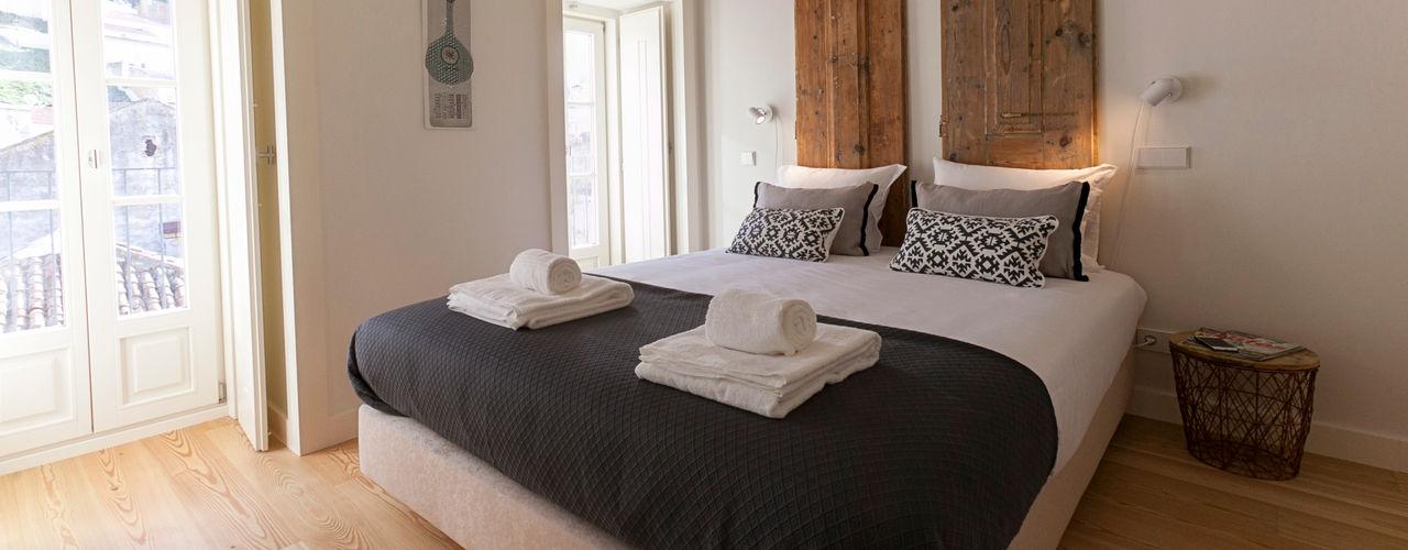 Staging Factory 臥室床與床頭櫃 木頭