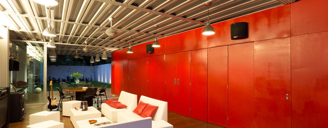 Adagio Arquitectos Salones de estilo industrial Metal Rojo