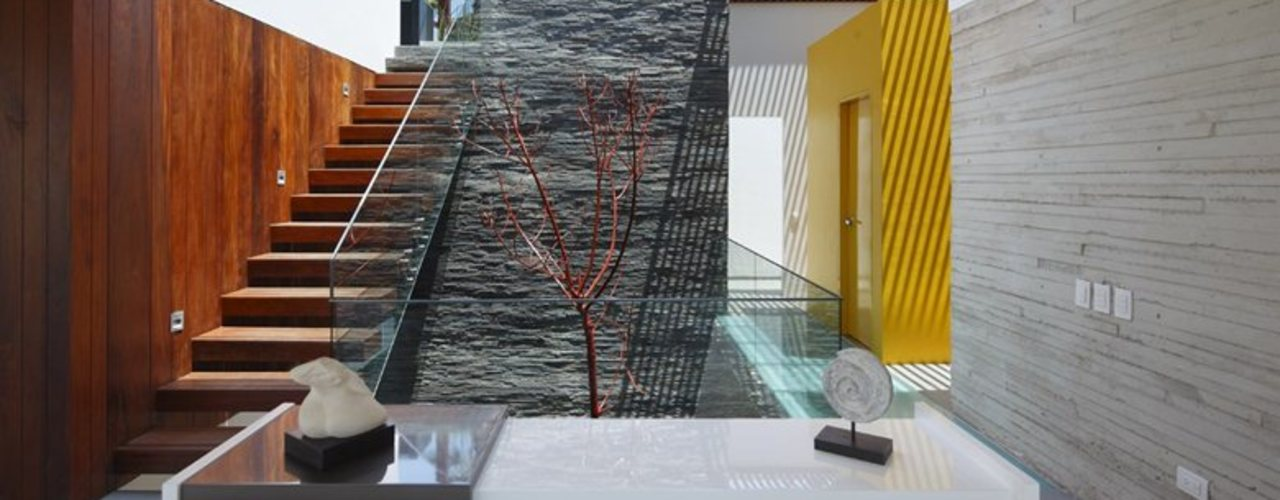 Casa P12 Martin Dulanto Modern Corridor, Hallway and Staircase