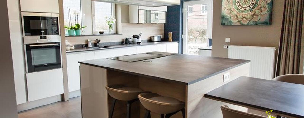 Aménagement séjour, cuisine et Hall Atelier Pourpre Design & Décoration SPRL Cuisine moderne Bois Blanc
