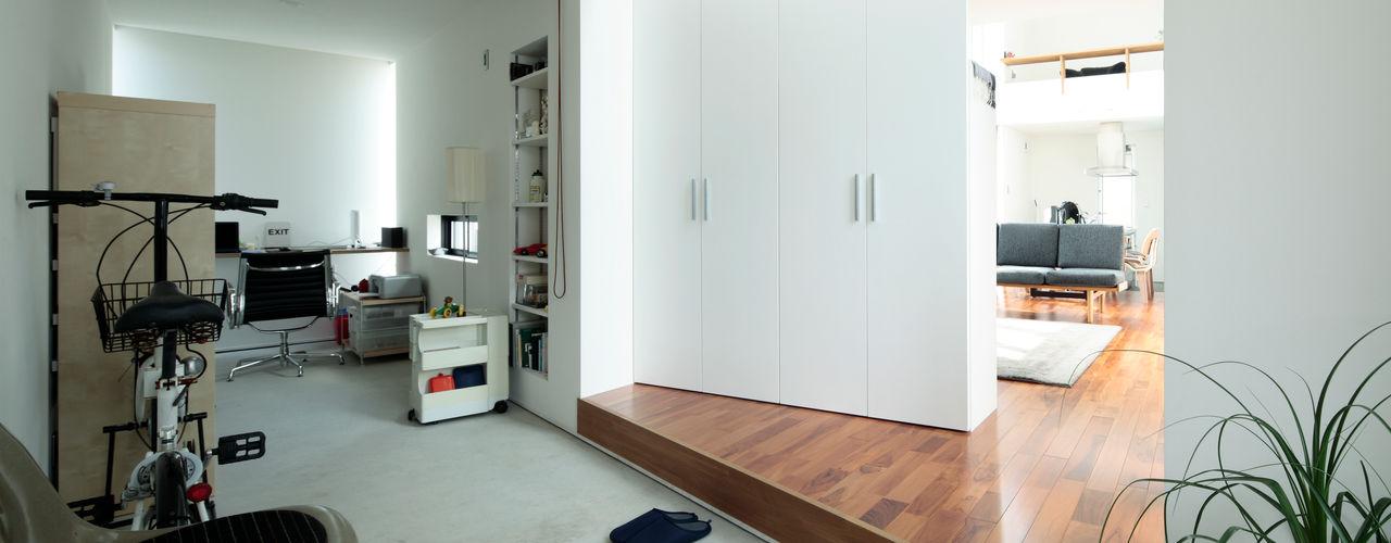 2010 HMC House AtelierorB モダンスタイルの 玄関&廊下&階段