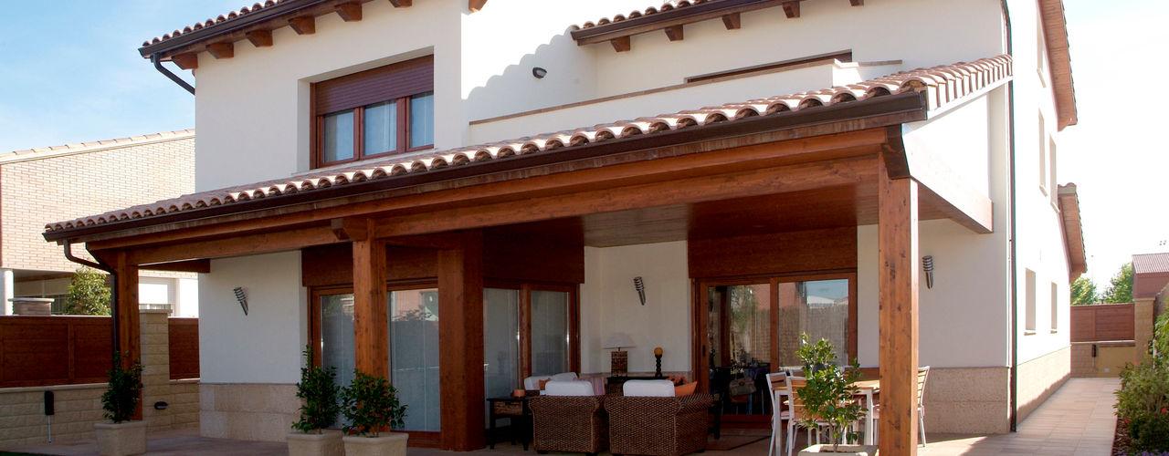 RIBA MASSANELL S.L. Дома в средиземноморском стиле Дерево Эффект древесины