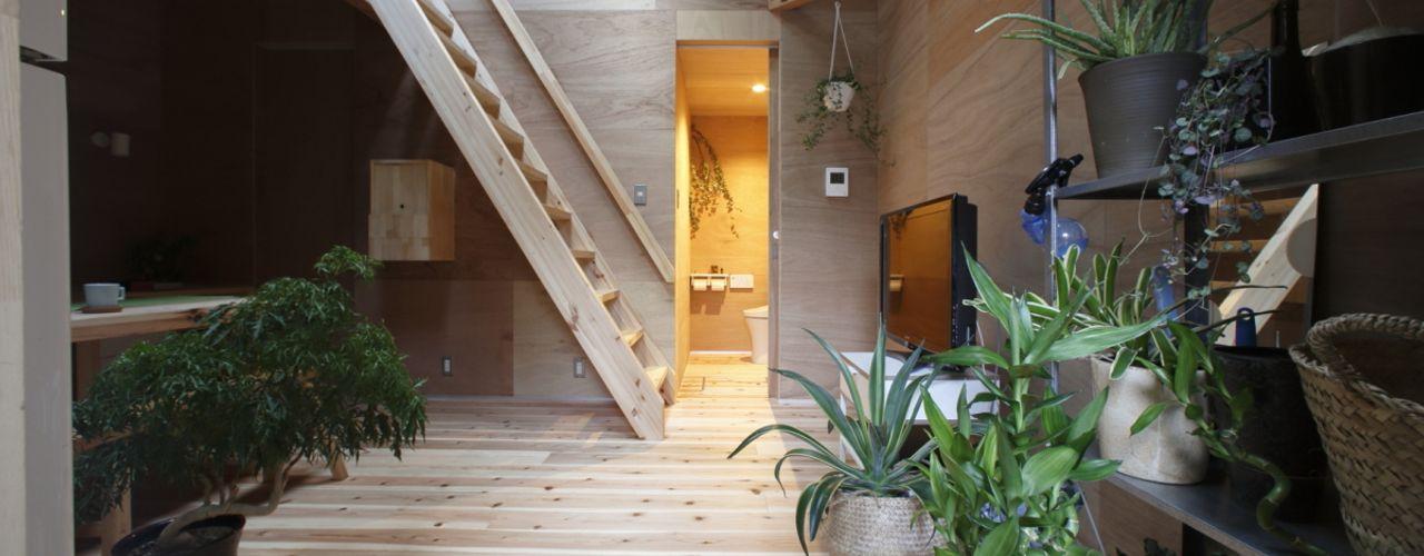 tiny house 一級建築士事務所FORMA ミニマルデザインの リビング 無垢材 木目調