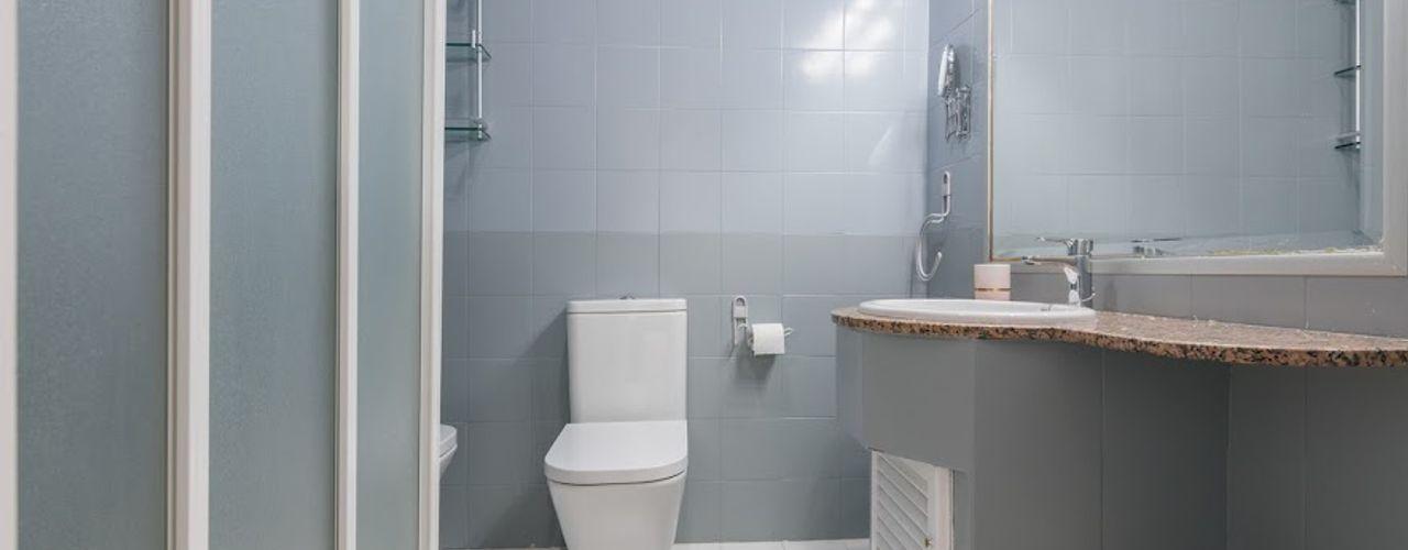 ¡Una gran reforma con un presupuesto reducido! eM diseño de interiores Baños de estilo moderno