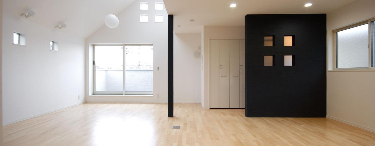 3つの天窓のある家 前田敦計画工房 モダンデザインの リビング