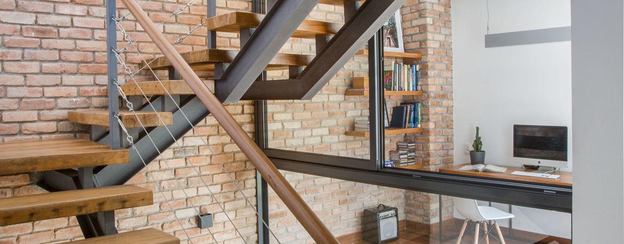 Retrofit de Residência no Humaitá Baumann Arquitetura Corredor, vestíbulo e escadasEscadas Madeira maciça Cinza
