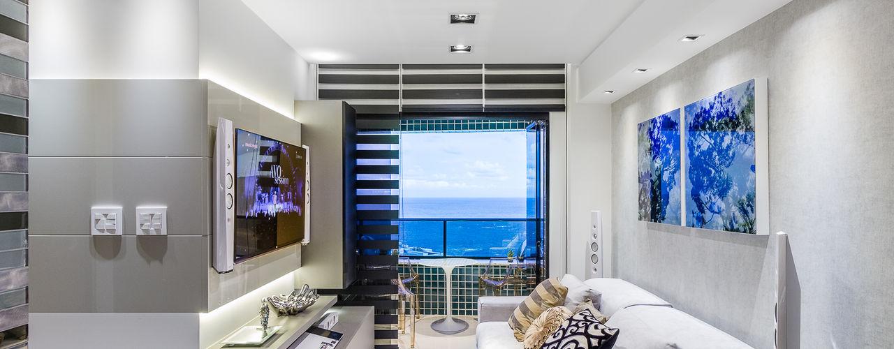 Flat   Moderno   Aconchegante   Sofisticado   Funcional Arquitetura Sônia Beltrão & associados Salas de estar modernas Vidro Cinza