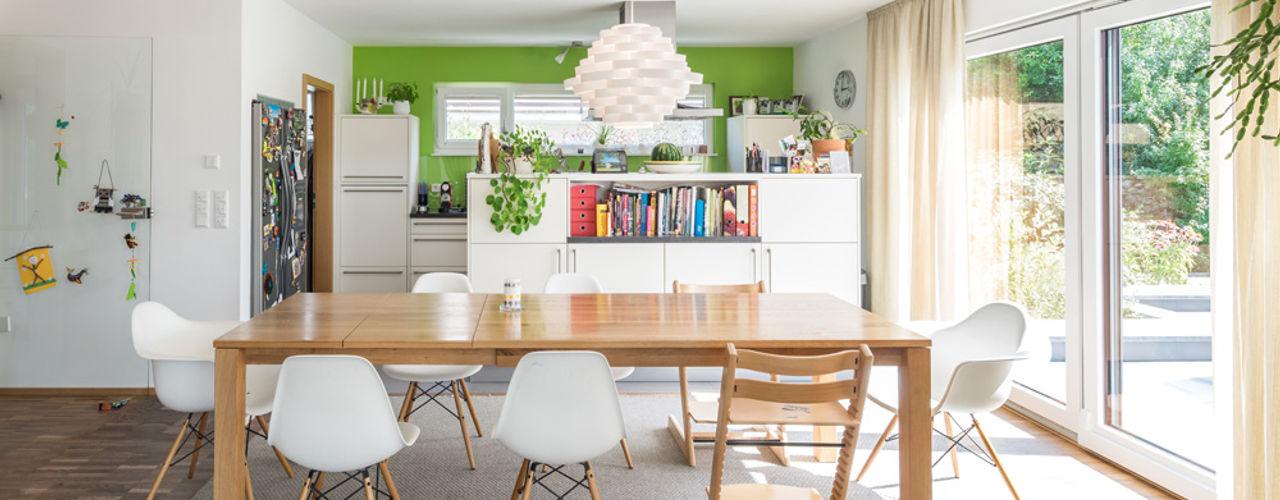 Moderne Flachdachvilla im Bauhausstil mit architektonischen Highlights wir leben haus - Bauunternehmen in Bayern Moderne Esszimmer Holz