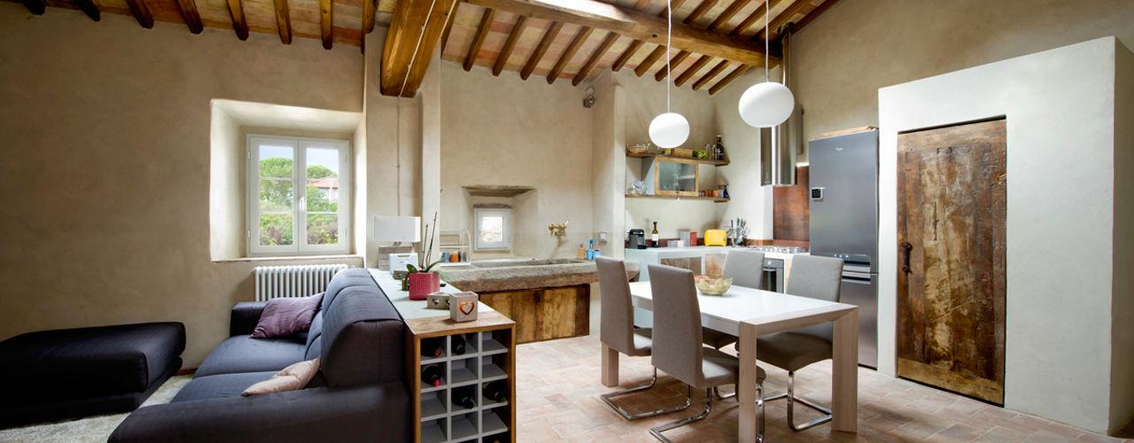 Una cucina nel Chianti: finta muratura e resina grigia e ante in legno di recupero castagno vintage Laquercia21 Cucina attrezzata