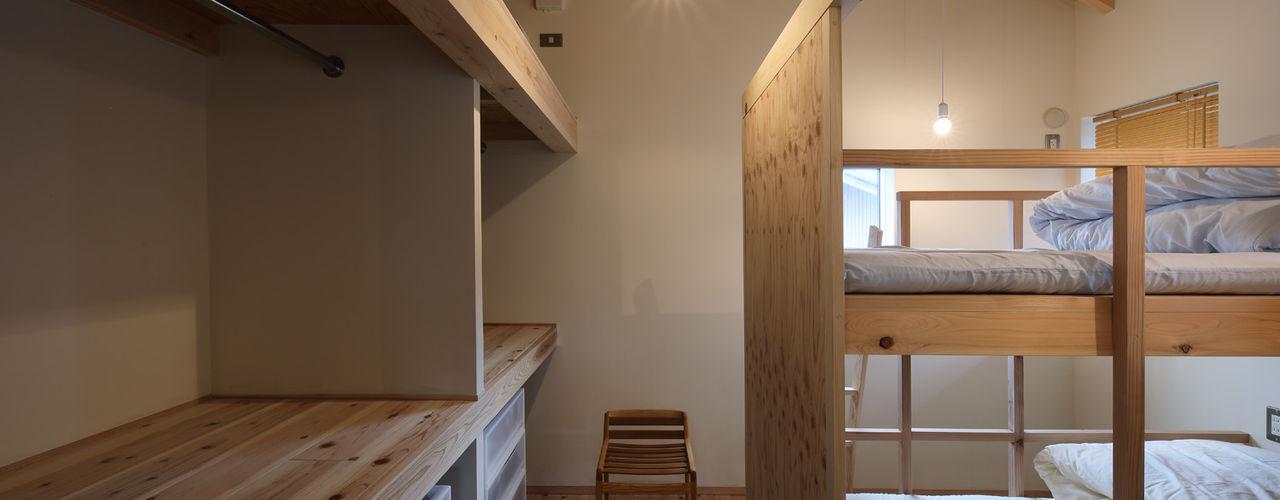 ヘノ字に暮らす 芦田成人建築設計事務所 北欧デザインの 子供部屋 木