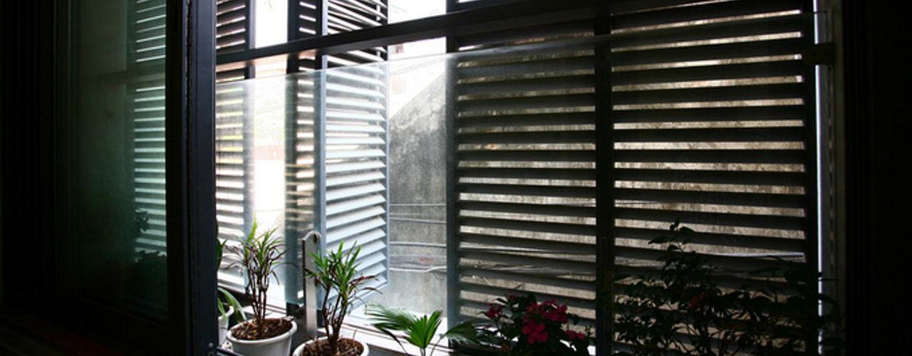 Ngôi Nhà 4 Tầng 45m2 Thông Thoáng Nhờ Thiết Kế Giếng Trời Thông Minh Công ty TNHH Xây Dựng TM – DV Song Phát Cửa sổ gỗ
