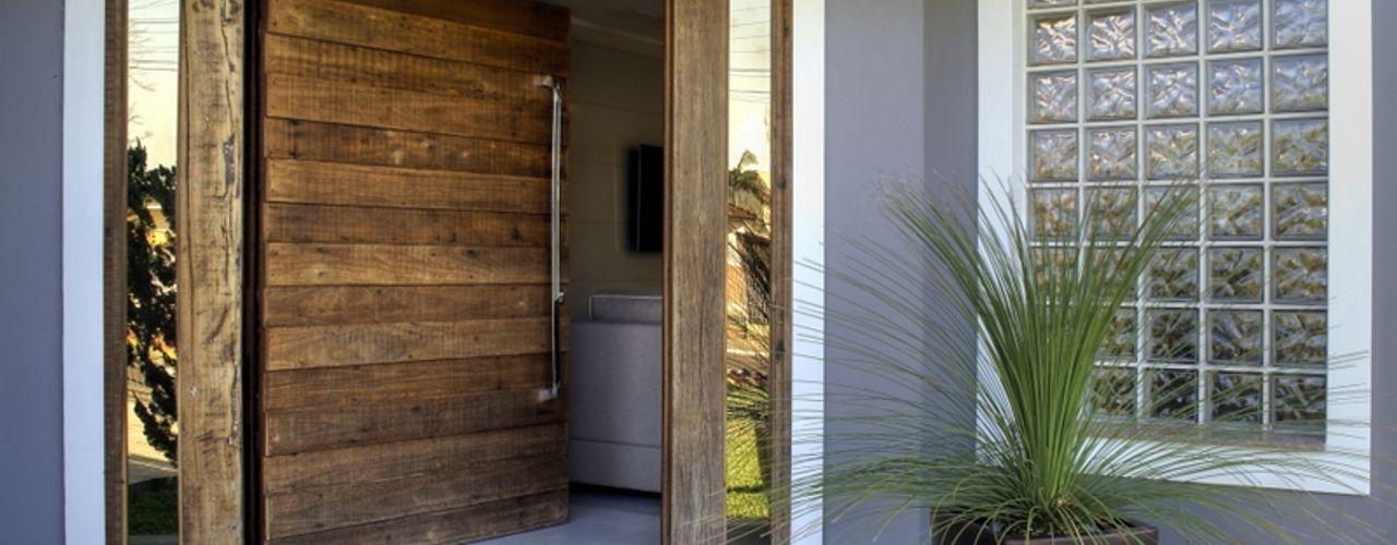 REFORMA RADICAL Maciel e Maira Arquitetos Portas de madeira