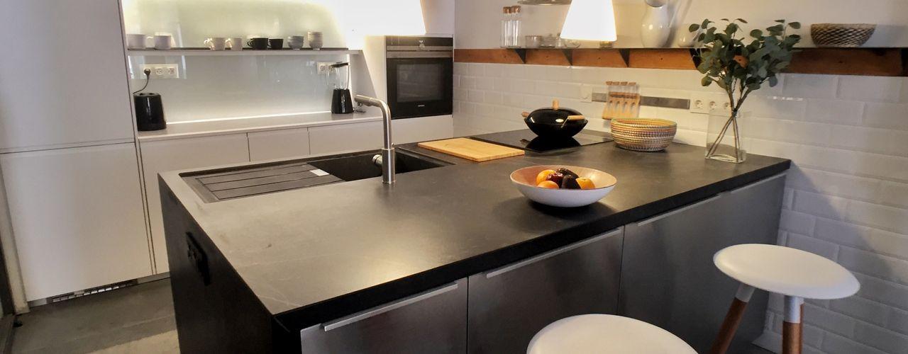 UNA CASA ALREDEDOR DE UNA COCINA. REFORMA INTEGRAL EN MADRID DOMUS NOVA Cocinas de estilo ecléctico
