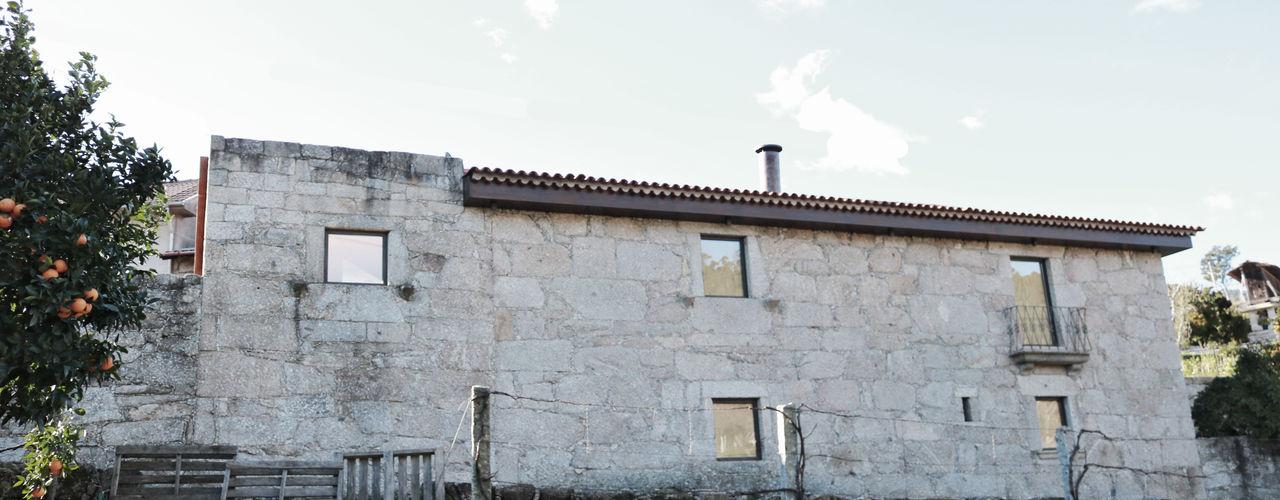 Reabilitação no Gerês Atelier Vyasa Casas minimalistas Pedra